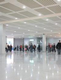 Variotherm Akoestisch klimaatplafond in bedrijfshal publieke ruimte