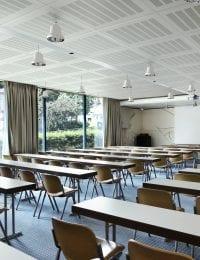 Variotherm Akoestisch klimaatplafond in school klaslokaal