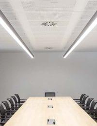 Vergaderzaal converentieruimte met klimaatplafond plafondkoeling van Variotherm