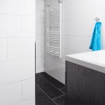 Badkamer met vloerverwarming en tegels